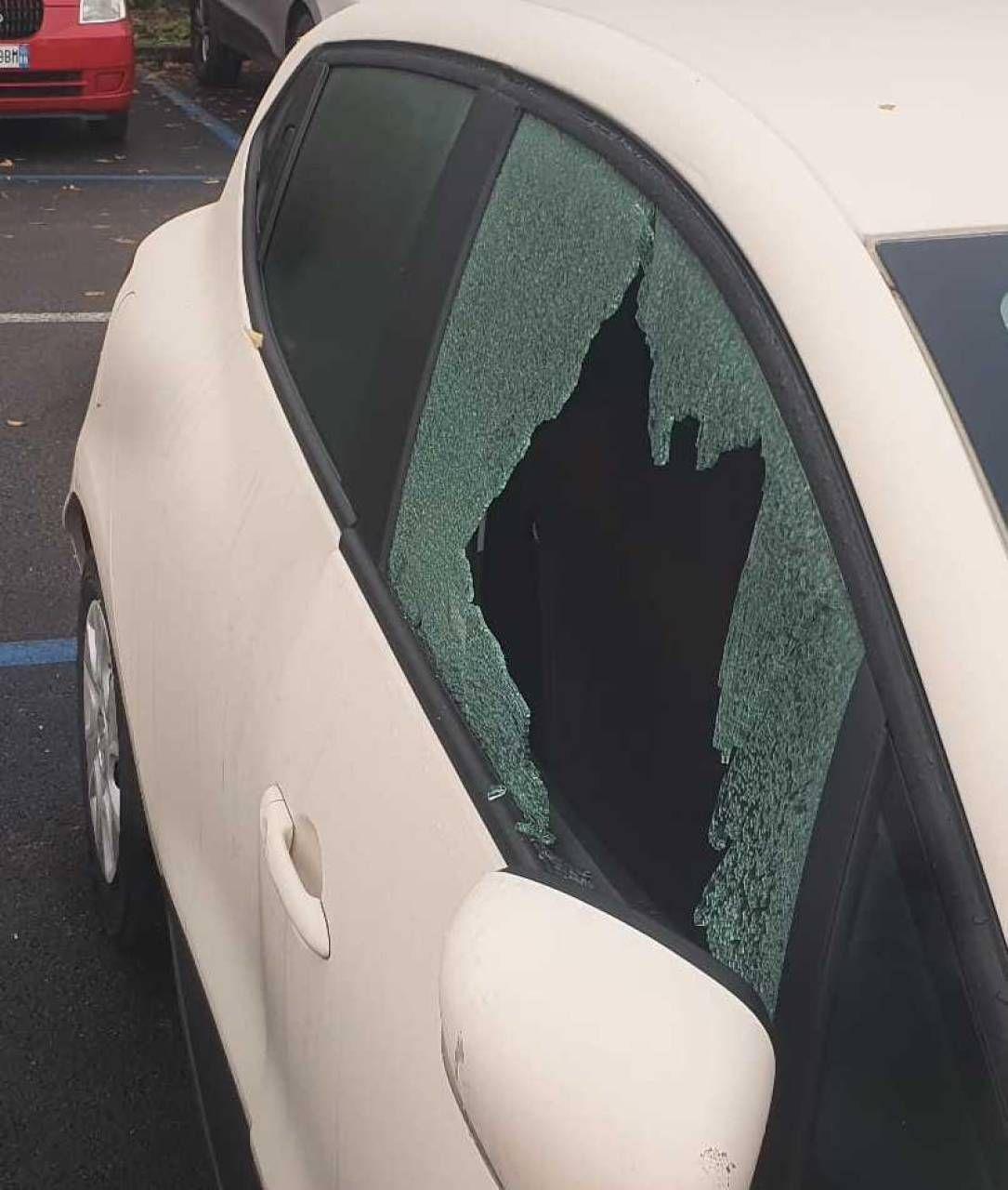 Una delle auto danneggiate nel parcheggio dell'ospedale Infermi di Rimini