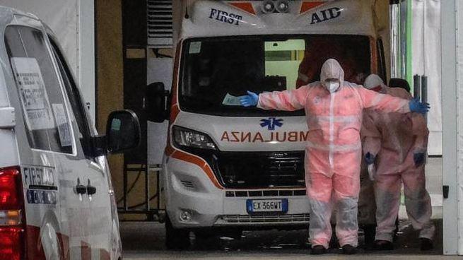 Coronavirus, operatori sanitari e ambulanza alla Fiera di Milano (Ansa)