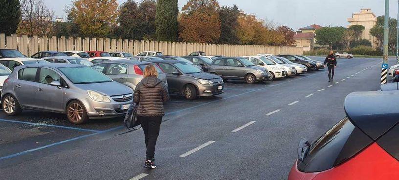 La scena con le auto distrutte dai vandali domenica mattina nel parcheggio dell'ospedale