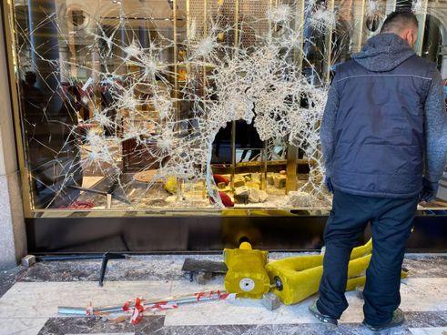 Proteste Dpcm: una vetrina distrutta Torino (Dire)