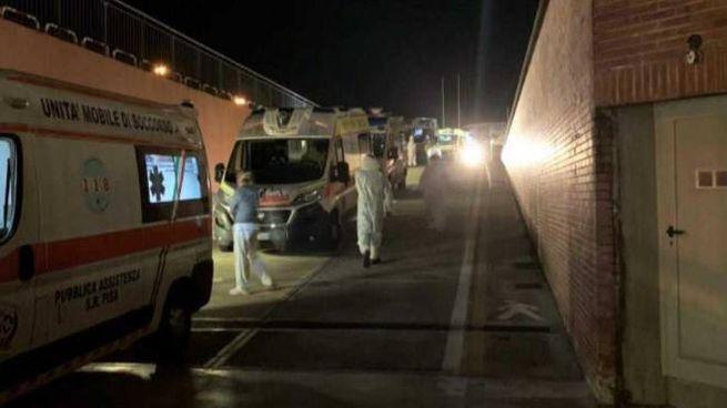 La lunga fila di ambulanze davanti al pronto soccorso di Pisa