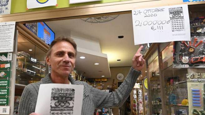 Alberto Mazzacurati nella sua tabaccheria Primavera in via Vitale da Bologna