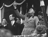 Benito Mussolini (1883-1945) in un comizio a Milano nel 1930. Sotto, Winston Churchill (1874-1965): incontrò il Duce a Roma nel '27