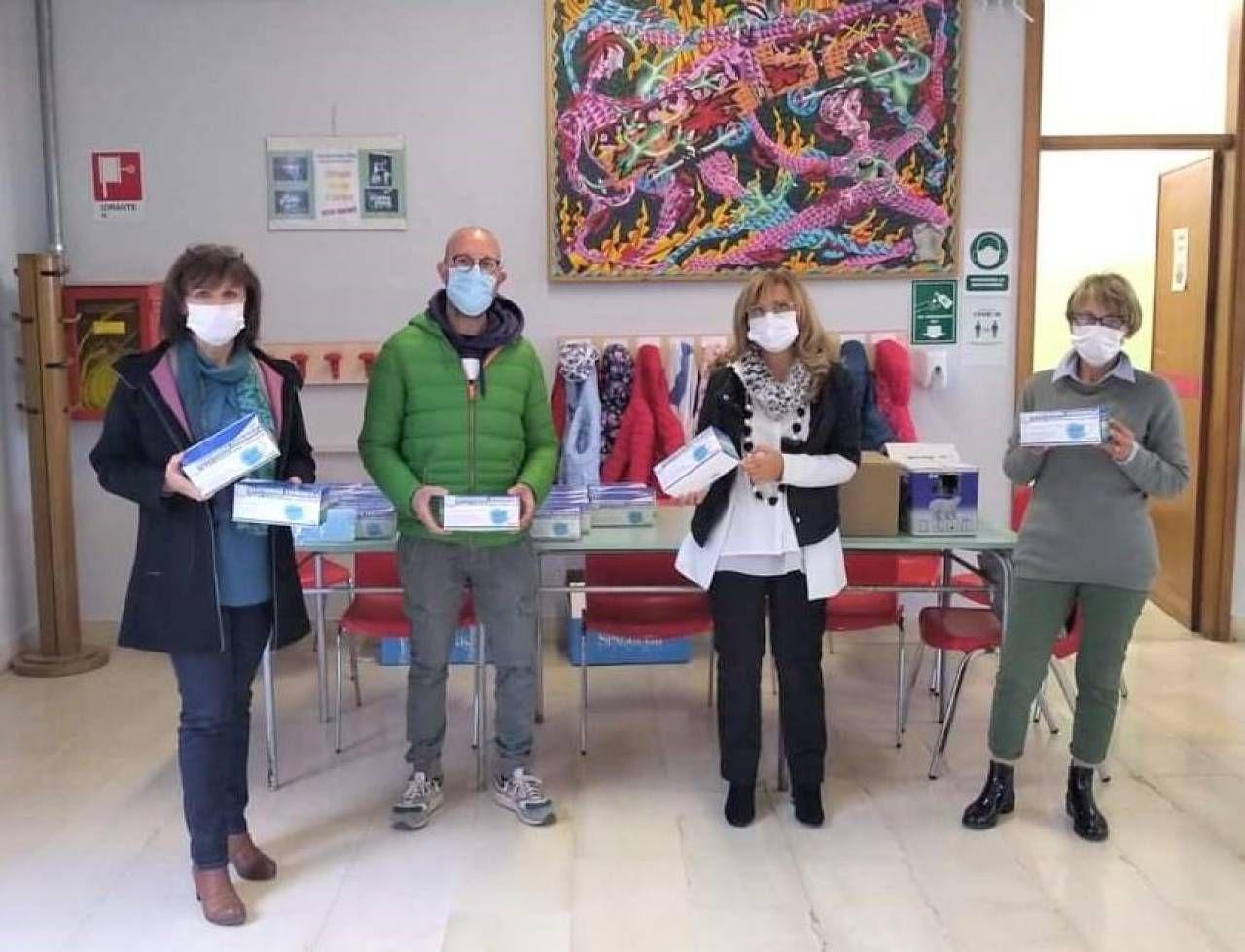 La donazione di mascherine e igienizzanti alla scuola