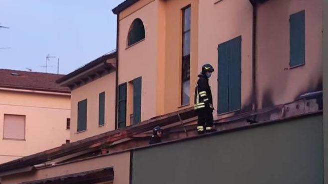 I vigili del fuoco sulla tettoia
