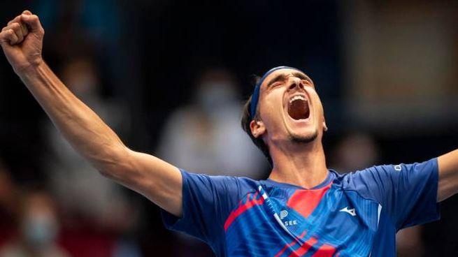 La gioia di Lorenzo Sonego dopo aver battuto Djokovic (Ansa)