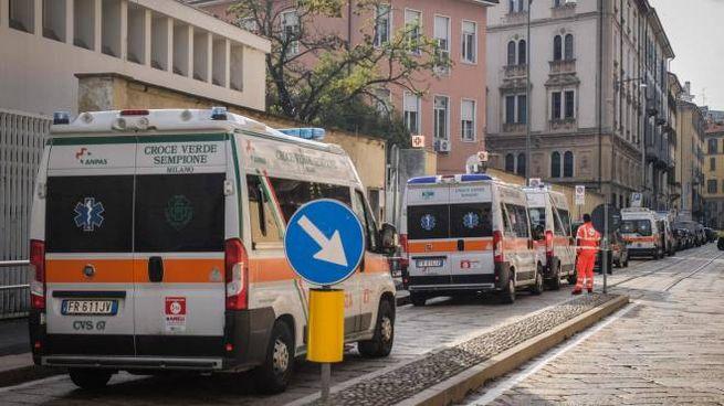 Ambulanze in coda al Pronto soccorso dell'ospedale Fatebenefratelli di Milano