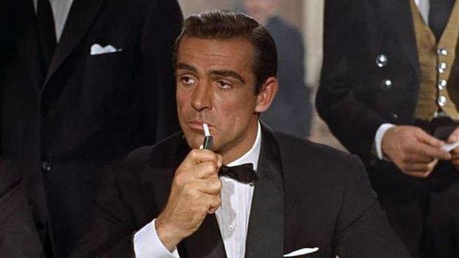 """Sean Connery nei panni di 007 sul set di """"Licenza di uccidere"""", film del 1962"""