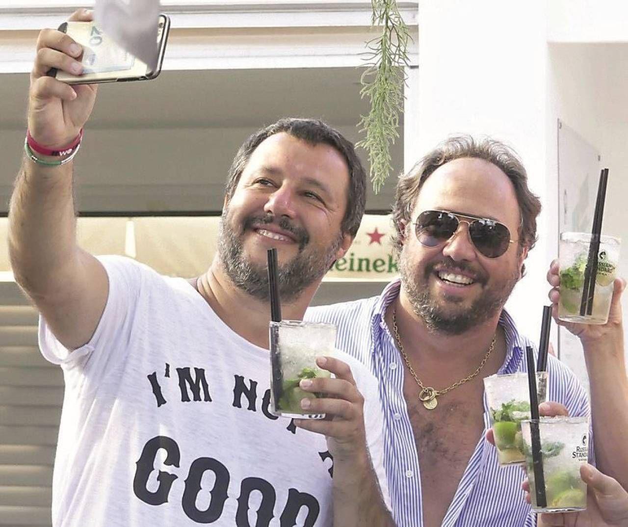 """Matteo Salvini si fa un selfie al """"Papeete"""" con Massimo Casanova. Era l'agosto 2018"""