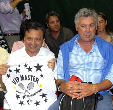 Piero Chiambretti con Carlo Ancelotti in una passata edizione del torneo di tennis per vip di Milano Marittima
