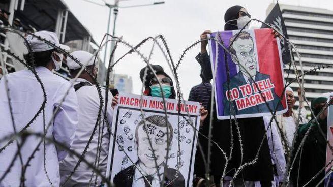 Proteste contro Macron davanti all'ambasciata francese a Jakarta (Ansa)