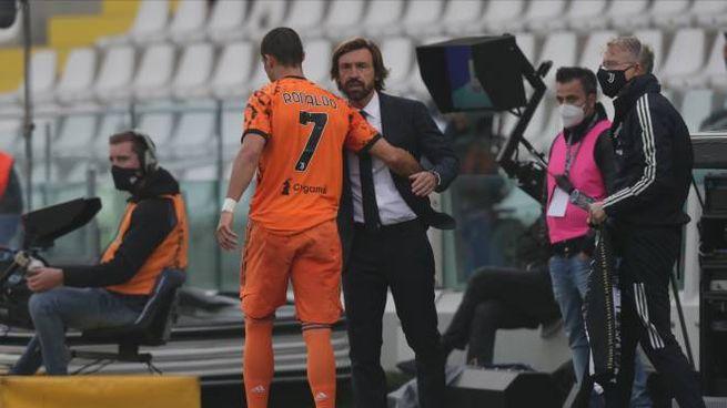 L'abbraccio fra Ronaldo e Pirlo