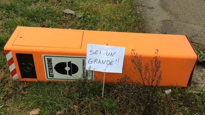 Una delle due colonnine divelte dai vandali nella frazione di San Gabriele a Baricella. E il cartello di solidarietà