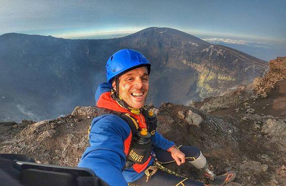L'arrivo di Andrea Lanfri sull'orlo del cratere dell'Etna