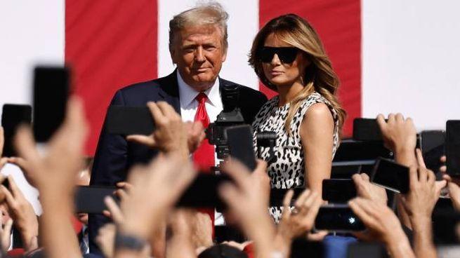 Donald e Melania Trump a un comizio elettorale (Ansa)
