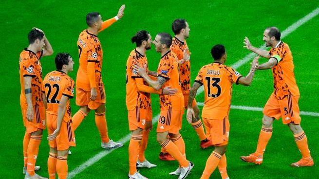 Juventus, Morata festeggiato dai compagni dopo il primo gol (Ansa)
