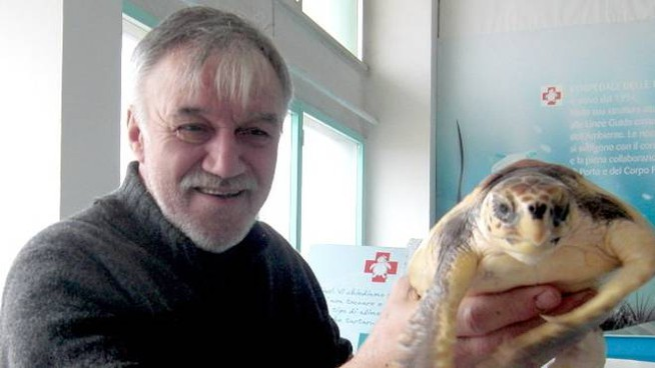 Sauro Pari con una tartaruga salvata (Foto Nives)