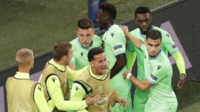 L'esultanza dei giocatori della Lazio al gol di Caicedo contro lo Zenit