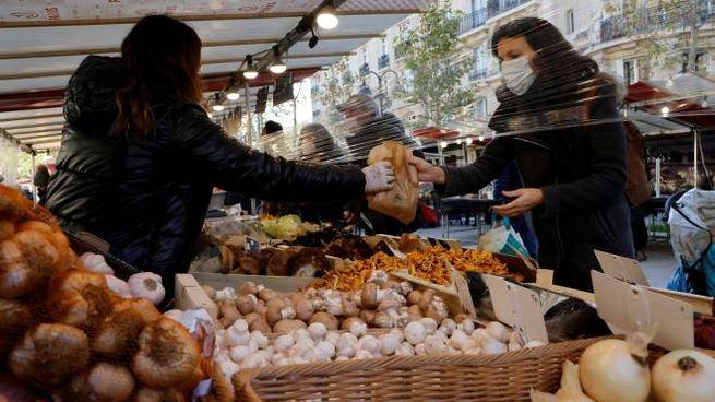Covid, quasi 60mila casi in Francia. Un mercato all'aperto a Parigi (Ansa)