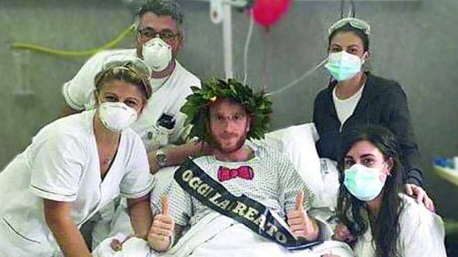 Daniele Armadio, 36 anni, infermiere ascolano. Festeggia la laurea coi medici