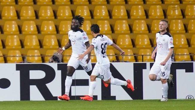 Nzola festeggia il gol con Agudelo e Pobega (Ansa)
