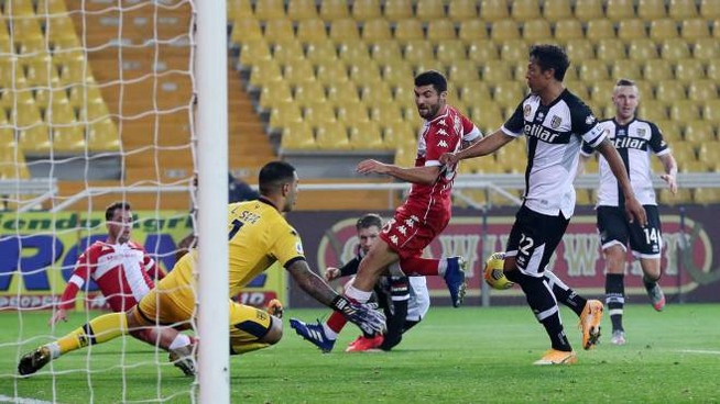 Parma-Fiorentina, Bruno Alves salva al 90' sul cross di Lirola (Ansa)