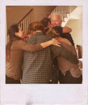 Joe Biden abbracciato dai suoi nipoti