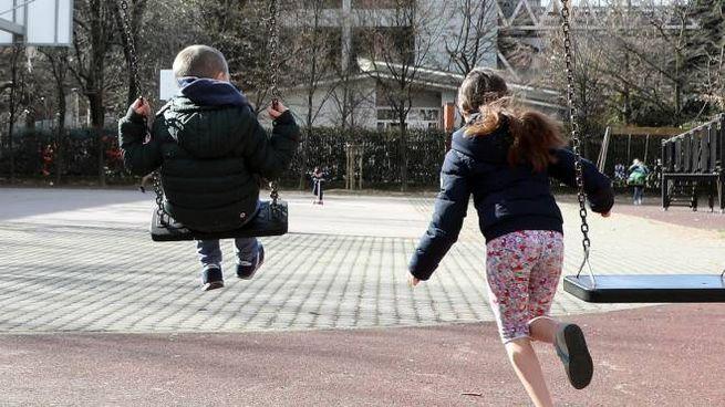 Due bambini giocano al parco (Ansa)