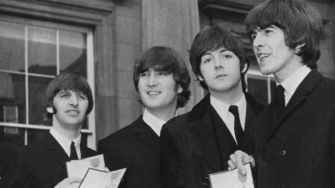 I Beatles con le medaglie dell'Ordine dell'Impero britannico, ricevute dalla regina (1965)