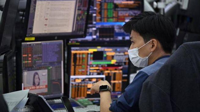 Borsa, operatore al lavoro (Ansa)