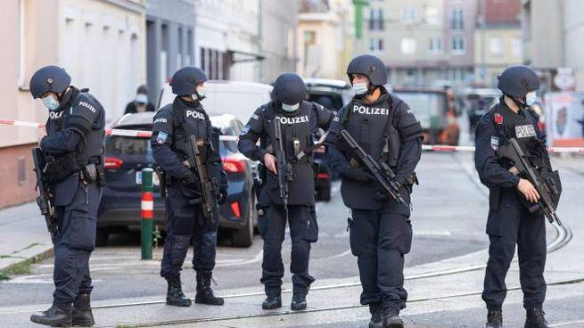 La polizia austriaca durante i controlli antiterrorismo (Ansa)