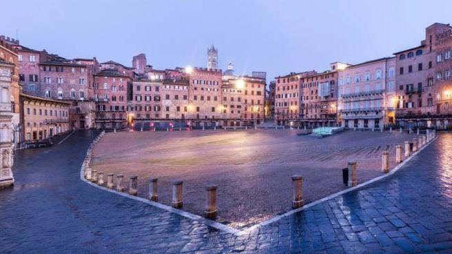 Piazza del Campo a Siena. Toscana, zona rossa (Ansa)