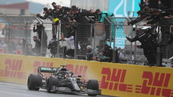 epa08821604 British Formula One driver Lewis Hamilton of Mercedes-AMG Petronas crosses the finish line to win the 7th Formula One championshipas at the 2020 Formula One Grand of Turkey at the Intercity Istanbul Park circuit, Istanbul, Turkey, 15 November 2020.  EPA/TOLGA BOZOGLU / POOL