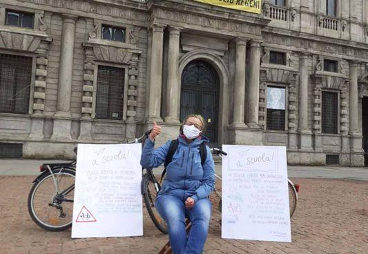 Due genitori ogni giorno, a turno, mostreranno i cartelli davanti al Comune