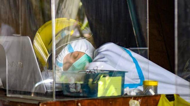 Covid, operatore sanitaria in un attimo di riposo (Ansa)