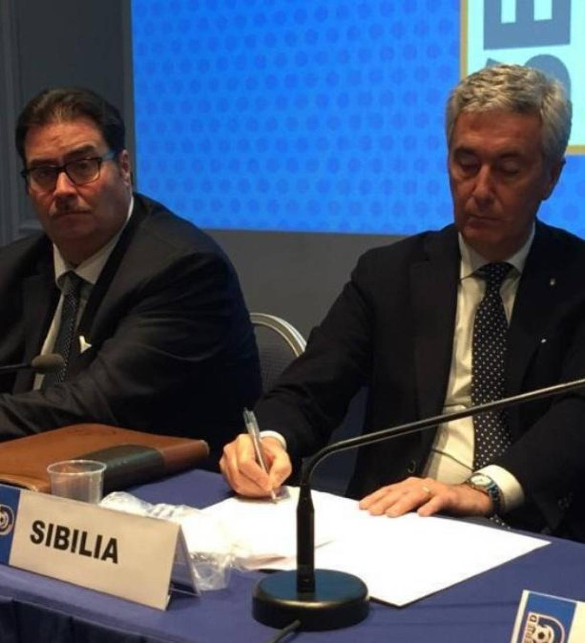 . Da sinistra il responsabile del Dipartimento Interregionale della Lega Nazionale Dilettanti Luigi Barbiero e al suo fianco il presidente Cosimo Sibilia della stessa LND