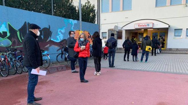 Persone in fila a Bolzano per i test di massa (Ansa)