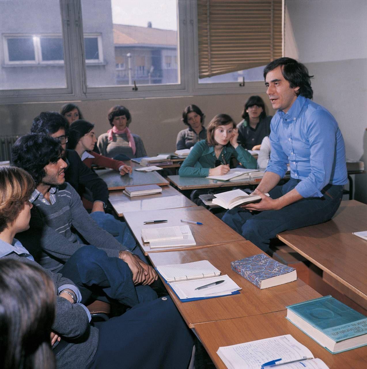Roberto Vecchioni, giovane prof, con la sua classe