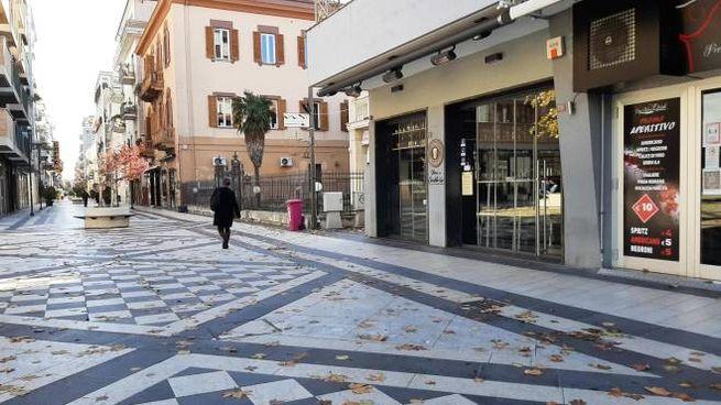 Piazza Muzii deserta dopo l'ordinanza che ha inserito l'Abruzzo in zona rossa (Ansa)