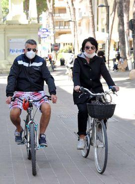 Un giro in bici lungo viale Carducci a Lido degli Estensi (repertorio)