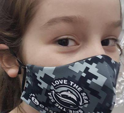La mascherina indossata da una bambina nella parte interna è fatta di un tessuto di produzione finlandese chiamato Freedom1 capace di filtrare il 98 per cento di virus e batteri
