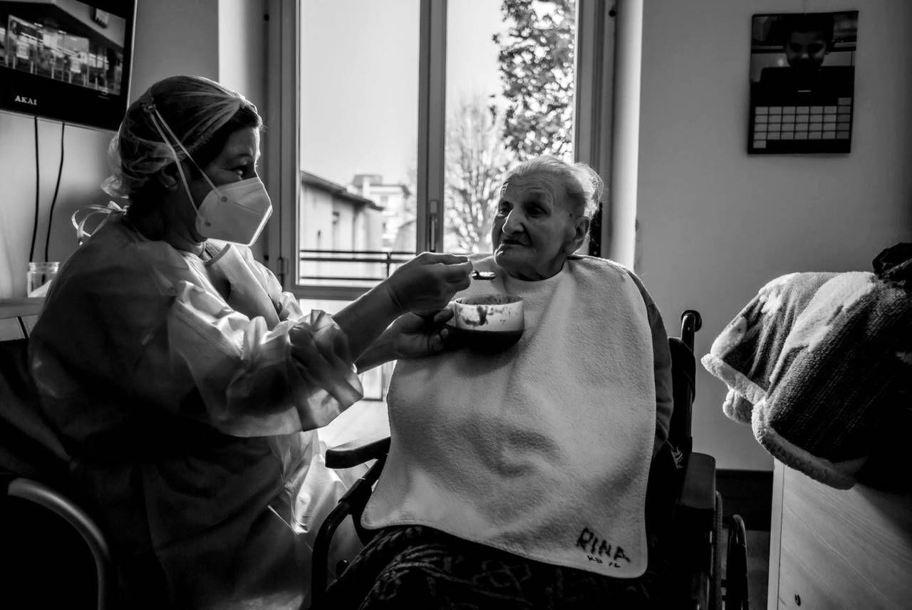 L'infermiera Raffaella imbocca sua madre Rina, da anni degente nella rsa
