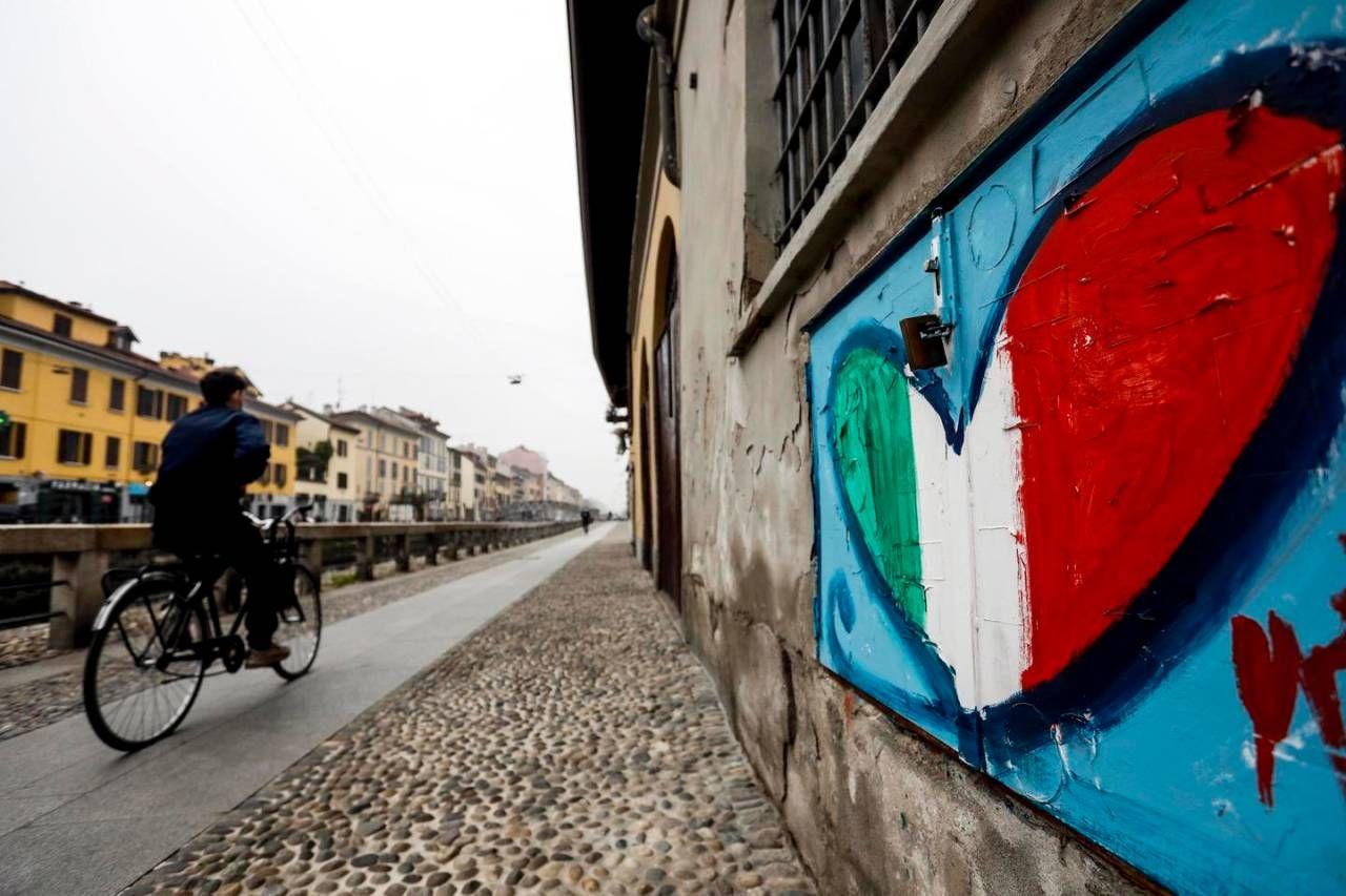 Il Naviglio di Milano semideserto ai tempi del Covid (Ansa)