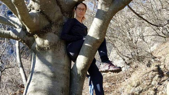 Francesca Tenore in posizione da koala su un albero