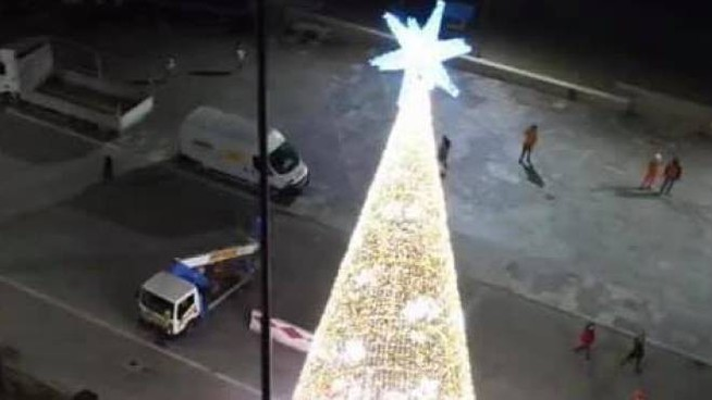 Non piace l'albero di Natale montato a Viareggio