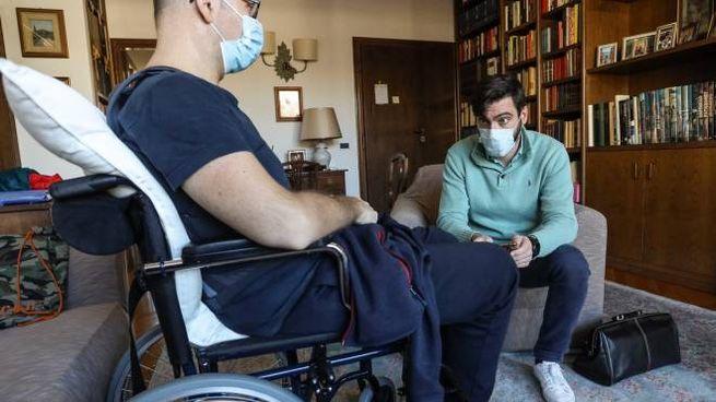 Il dottor Giulio Ravoni dell'Att mentre visita un malato oncologico a domicilio