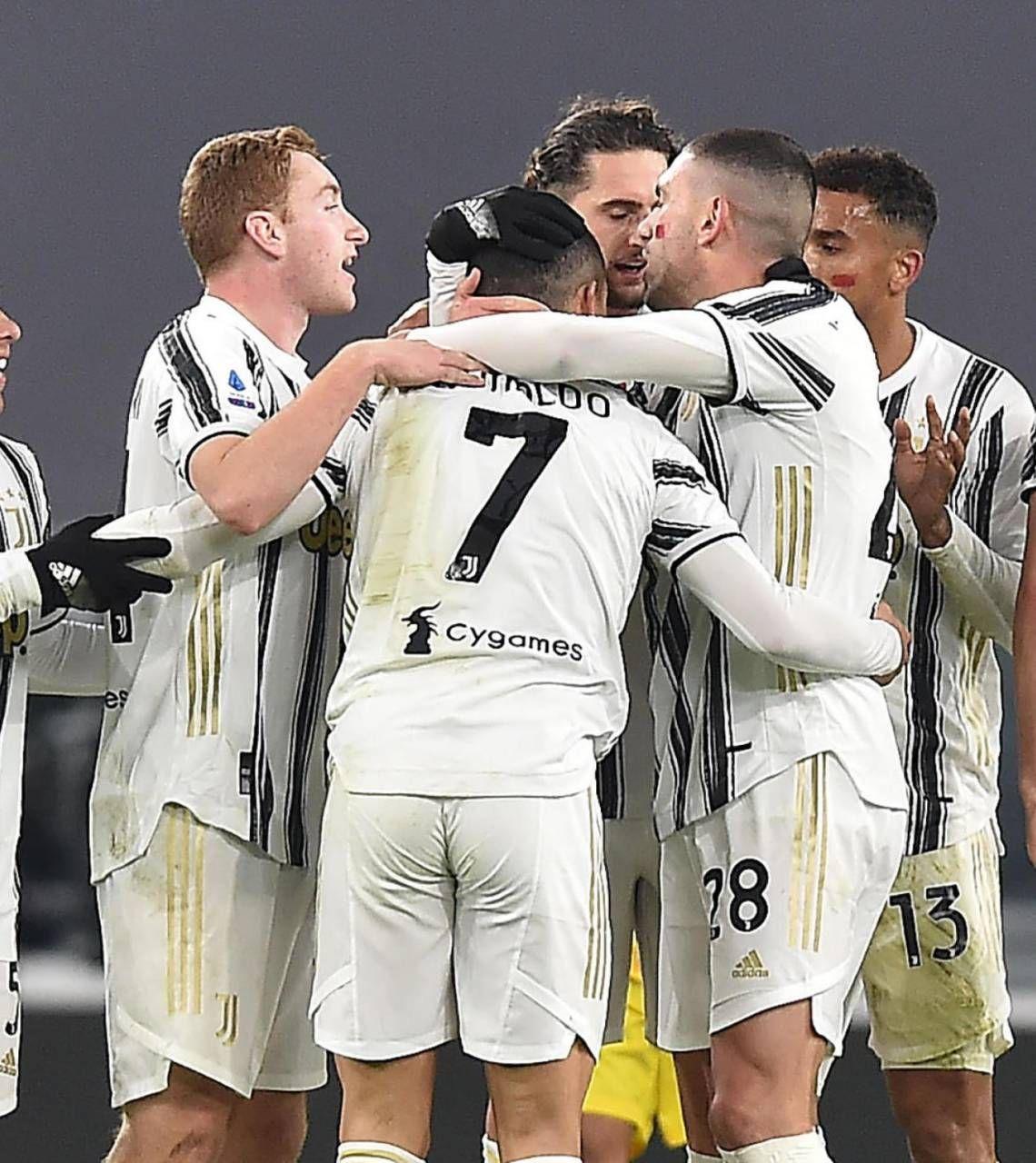 Cristiano Ronaldo, festeggiato dai compagni:. 60 gol in 69 partite alla Juve