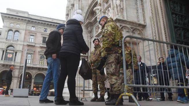 I controlli dei militari all'ingresso del Duomo di Milano