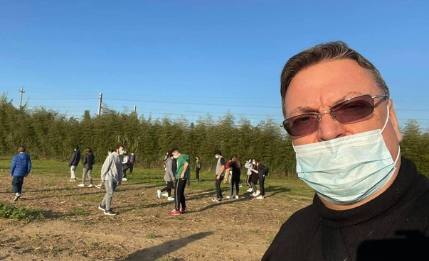Don Luigi al campo della casa-Famiglia dove si svolgono le attività per i ragazzi. Nel villaggio degli animali ci sono anche gli alpaca