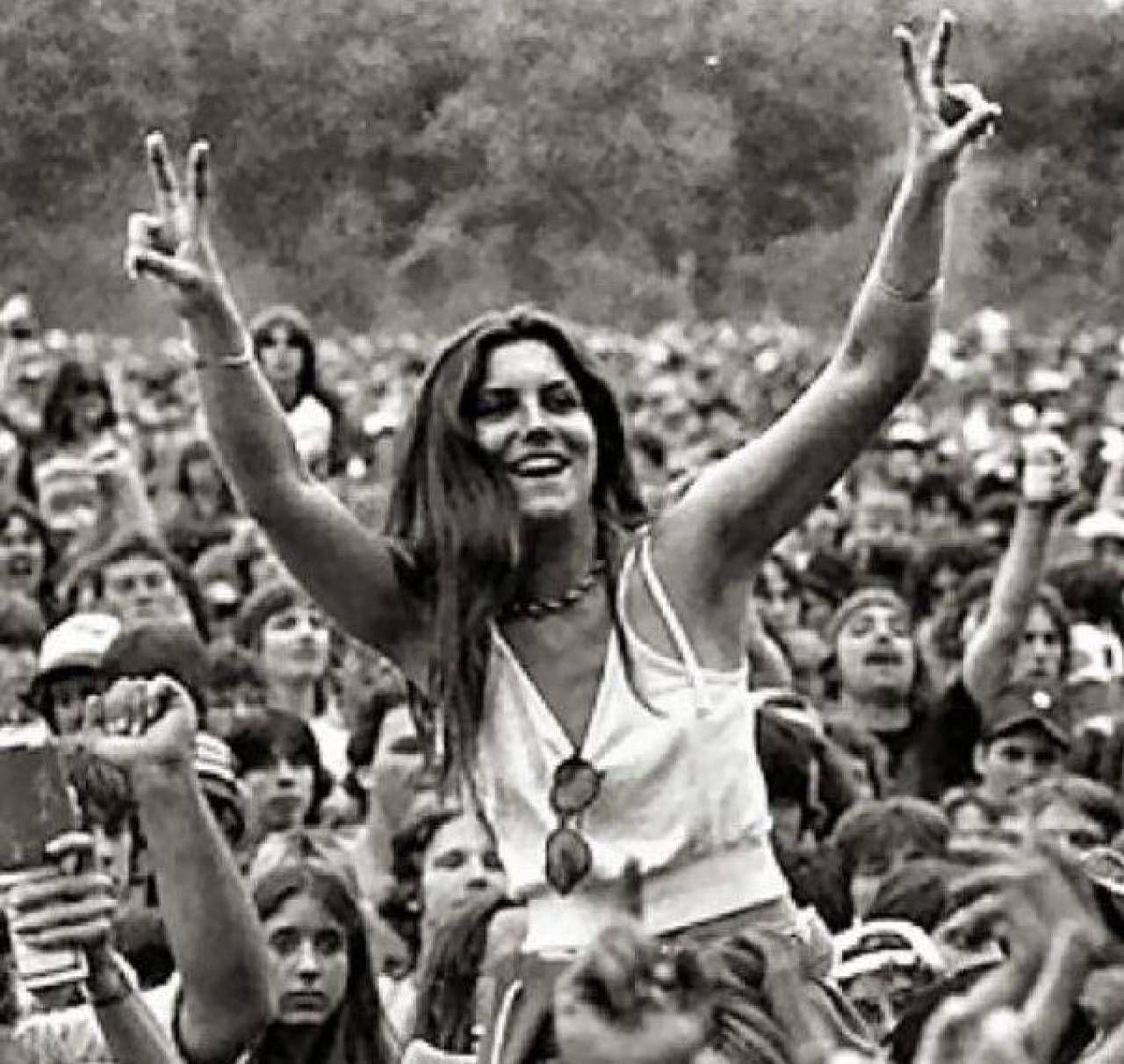 Il Festival di Woodstock (1969) viene celebrato come. il più grande raduno musicale della storia: 500mila gli spettatori